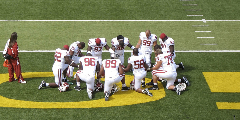 Oklahoma Sooners pray for victory against Oregon Ducks on Sept 16, 2006