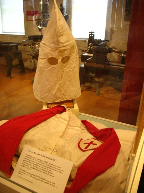 Ku Klux Klan uniform from the American Precision Museum, Windsor, VT by Flickr user Vilseskogen Creative Commons License by CC BY-NC-SA 2.0